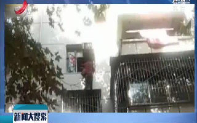 河南郑州:8旬老太挂4楼窗外 小哥秒变蜘蛛侠