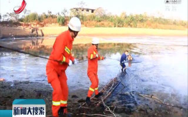 新干县:老人捕鱼被困泥潭 消防紧急救援