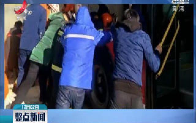 黑龙江哈尔滨:公交车进站侧滑 把候车女孩卡站台