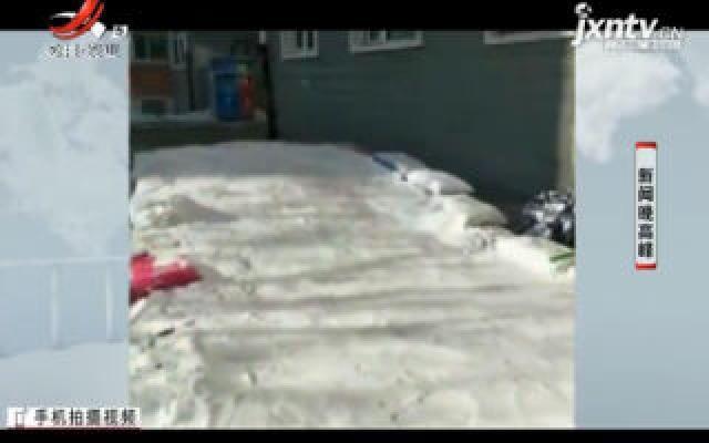 """黑龙江:八旬老人为孙子搭冰滑梯 被称为""""中国好奶奶"""""""