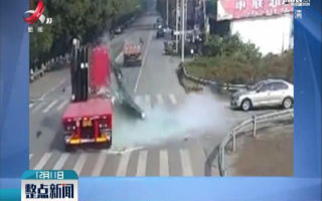 江苏张家港:避让不及 玻璃砸向骑车人