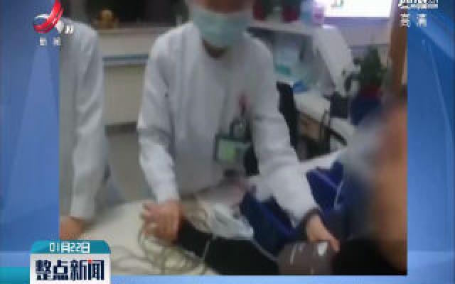 浙江温州:男子突发疾病 交警紧急救助