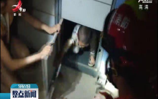 赣州:小孩被关快递柜 消防员撬柜救人