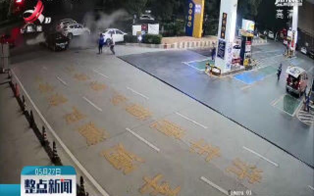 九江:轿车加油站旁起火 众人一分钟扑灭