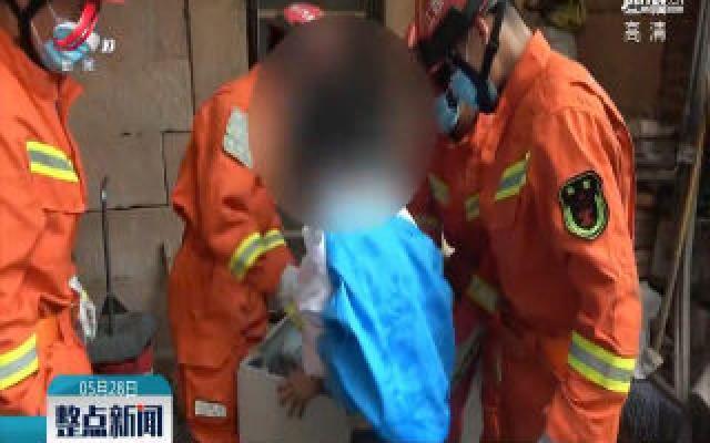 上饶:孩子被卡洗衣机 消防拆卸救援