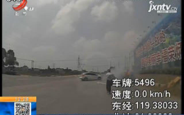 江苏镇江:轿车自燃 公交驾驶员挺身救火