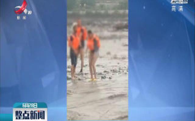 四川:游客被洪水包围 消防闯激流营救