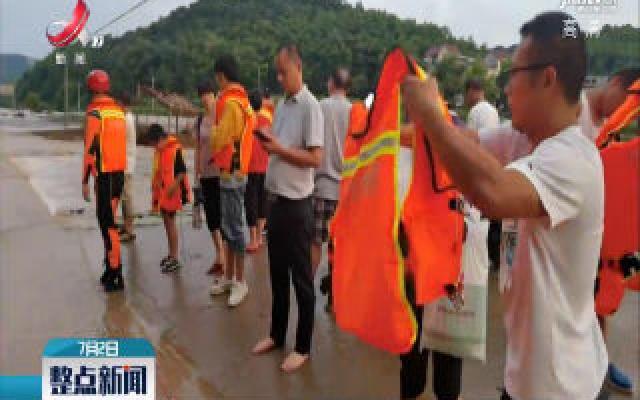 上饶玉山:暴雨突发群众被困 消防紧急救援