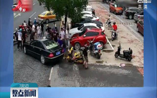 浙江:外卖员被卷入车底 路人集结抬车救人
