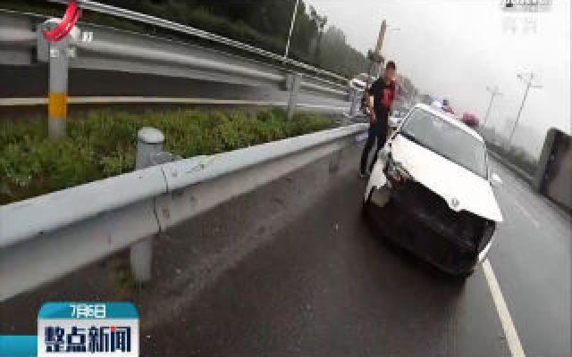 九江:雷雨季节事故多 车辆未降速而失控