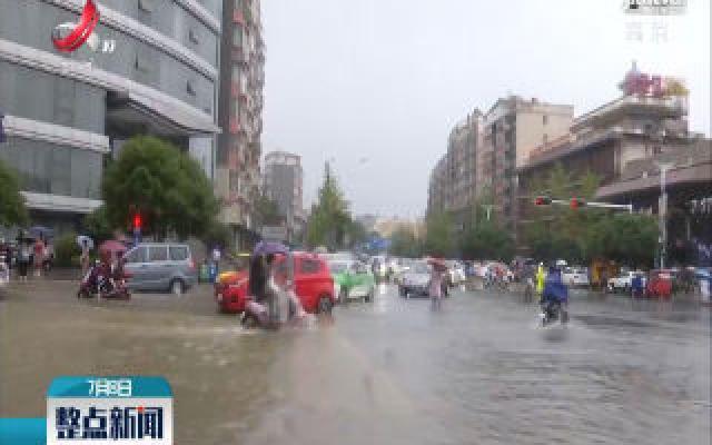 【持续强降雨来袭】九江:雨中送考 衣衫尽湿人心暖