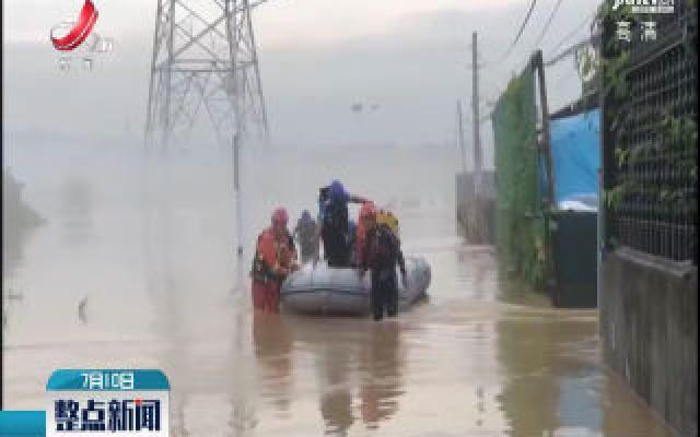 浙江衢州:河水猛涨群众被困 消防紧急救援