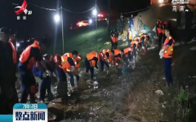 【行动起来 防汛抗洪】25名消防员彻夜围堵泡泉 双腿浸泡泥水18小时