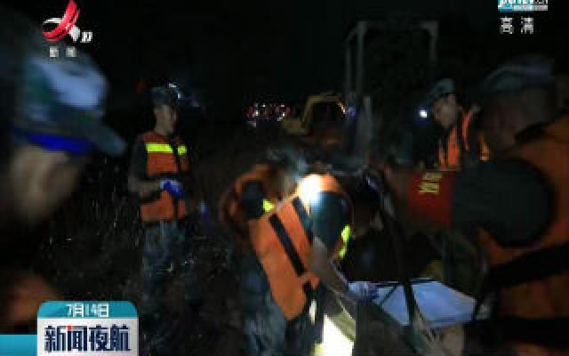 鄱阳县昌江圩出现巨型管涌 部队官兵通宵奋战控制险情