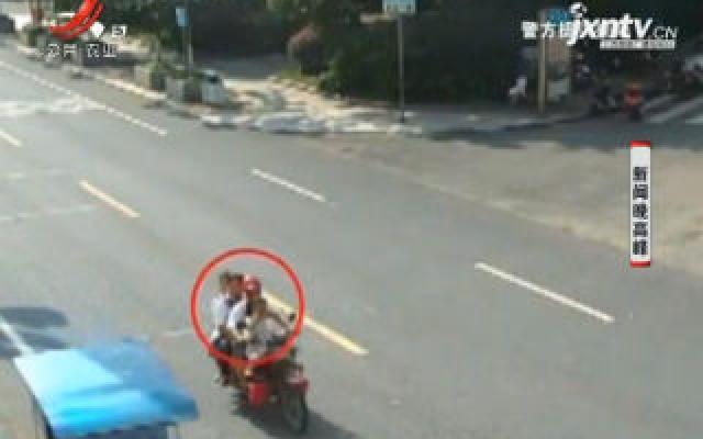 四川:马路上耍杂技? 是摩托车违法载5人!