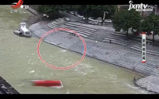重庆:男孩不慎失足落水 路人奋不顾身救人