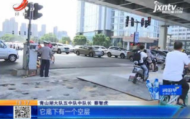 【突发】南昌:货车洪都高架下侧翻 钢筋散落一地