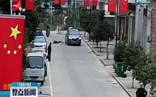 赣州:女子抱娃横穿马路被撞 孩子被抛上车顶