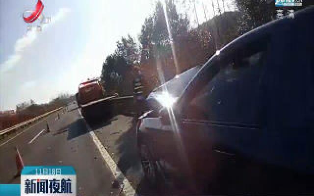 江西:开车拿牛奶 车辆偏移撞上货车
