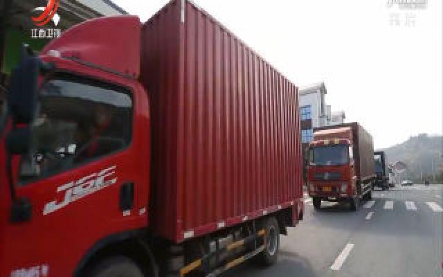 今年首批出口的赣南脐橙在寻乌县发车