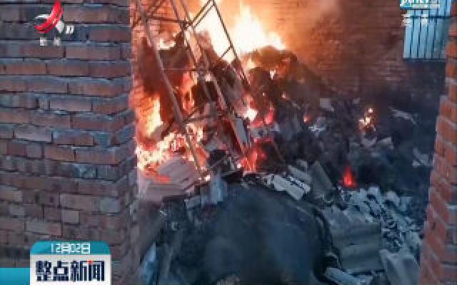 吉安:牛棚突起大火 消防及时救援