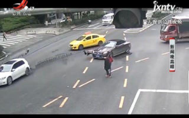 重庆:手插衣兜横穿马路被撞 民警告诫市民莫以身涉险
